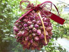 rosebud kissing ball - How To Kissing Ball, Christmas Wreaths, Christmas Ornaments, Handmade Ornaments, How To Make Ornaments, Rose Buds, Valentines Day, Home And Garden, Victorian