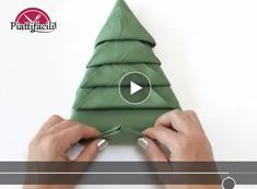 Natale, come piegare i tovaglioli a forma di albero