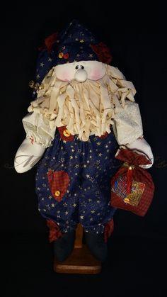 Não deixe o bom velhinho de fora da sua festa!    Lindo Papai Noel produzido com tecido 100% algodão, enriquecido com aplicações, botões e guizos.  Enchimento com fibra siliconizada. Suporte não incluso R$ 145,00
