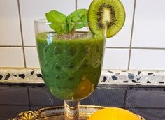 Zielone koktajle: boćwina + pomarańcza + kiwi + banan + chia + młoda pszenica + kolendra