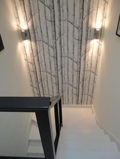 Niekonwencjonalne materiały do dekoracji ścian Wallpaper wall, interesting wallpaper on the wall, wa Staircase Wall Decor, White Staircase, Stair Walls, Tree Wallpaper Stairs, Wallpaper Wall, Home Stairs Design, Interior Stairs, Home Interior Design, Stairway Lighting