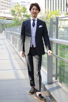シャツの着こなし・コーディネート│ozie ビズポロ(ニット生地使用シャツ) ホリゾンタルカラー+ドット柄 シルク100%ニットタイ+リネン100% ポケットチーフ+ネイビーのスーツ+ストライプのオッドベスト+ネイビーのスウェードローファー