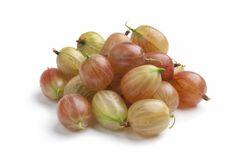 Karviainen sisältää soluja hapettumisstressiltä suojaavaa E-vitamiinia enemmän kuin appelsiini, banaani, kiivi, omena, päärynä, viinirypäle, jotka ovat yleisimpiä tuontihedelmiä. Karotenoideja runsaasti sisältävän ruokavalion tiedetään parantavan vastustuskykyä ja ehkäisevän masennusta. Näitä antioksidantteina toimivia karotenoideja karviaisessa on runsaasti! Niiden määrässä karviainen päihittää jopa terveellisinä tunnetut lakan, pihlajanmarjan sekä tyrnimarjan. Onion, Garlic, Berries, Vegetables, Healthy, Food, Onions, Essen, Bury