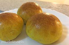 Eu tenho uma receita base que é a do pão de batata e com ela invento outras receitas. Foi assim com o pãozinho de cenoura e agora com esse de abóbora e manjericão. A diferença é que a abóbora é mai…