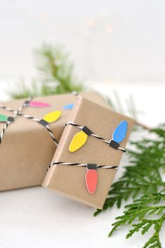 Christmas Light Wrapping Paper DIY Christmas Lights Wrapping Paper - Super unique wrapping paper idea using kraft paper and the Cricut. From DIY Christmas Lights Wrapping Paper - Super unique wrapping paper idea using kraft paper and the Cricut. Creative Christmas Gifts, Diy Holiday Gifts, Christmas Gift Wrapping, Christmas Presents, Diy Gifts, Homemade Gifts, Holiday Ideas, Handmade Christmas, Vintage Christmas