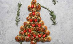 Christmas Tree Pull Apart is a delicious appetizer recipe made with a few simple ingredients: biscuit dough, butter, fresh herbs and cherry tomatoes. It's perfectly easy and festive to make for a holiday party and a. Christmas Party Food, Xmas Food, Christmas Cooking, Holiday Parties, Christmas Lunch Ideas, Horderves Christmas, Christmas Eve Dinner, Yummy Appetizers, Appetizers For Party