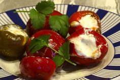Červené pálivé papriky plněné sýrem - Piperiés kókines gemistés me tyr
