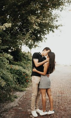 Romantic couple engagement session in alley engagement/coupl Cute Couples Photos, Cute Couple Pictures, Cute Couples Goals, Couples In Love, Romantic Couples, Couple Goals, Couple Photoshoot Poses, Couple Posing, Couple Photography Poses