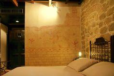 Camera delle Armi - Superior Room with frescoes inspired to the templar church in Cressac (19MQ)