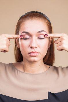 7. Zaměřeno na oční víčka  Prsty přidržujte oční víčka a snažte se zároveň otevřít oči. Cítíte, jak svaly zaberou, ale samozřejmě se oční víčka nemohou otevřít. Tím se posilují svaly, aby pak oční víčka nebyla ochablá. Opakujte 10x.