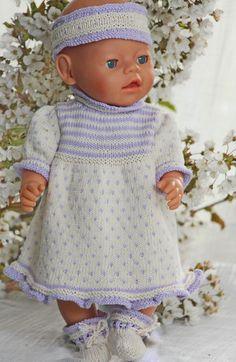 a kjolen var ferdig strikket ble dukken min veldig søt og klar for sommerens glade dager. Design: Målfrid Gausel http://www.doll-knitting-patterns.com/0111D-strikk-sommerkjole-til-dukken.html