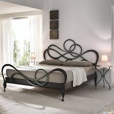 camas de madera y hierro forjado - Buscar con Google posición de los cuadros en relación a la cabecera