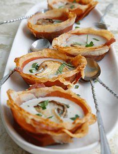 Voor 4 personen  Verwarm de oven voor op 180 ˚C. Drapeer de plakken parmaham over de omgekeerde achterkanten van 4 muffinvormpjes. Zorg dat alle plekjes goed bedekt zijn. (Lees verder…)