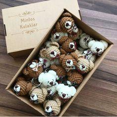 @orguler_dukkan ・・・ Sabah uyandığınızda görmeniz için geceden bırakıyorum tarifi 💖 - Örecek olanlara kolay gelsin 😊 - - Tarif biraz toplama… Crochet Bunny Pattern, Crochet Animal Patterns, Crochet Bear, Crochet Patterns Amigurumi, Diy Crochet, Crochet Brooch, Crochet Rings, Yarn Animals, Crochet Animals
