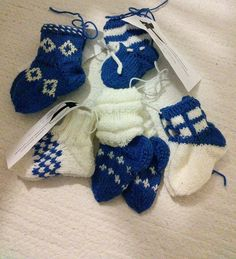 Pienen vauvan suloiset tumput on helppo neuloa itse. Knitting Videos, Baby Booties, Sock Shoes, Christmas Stockings, Knit Crochet, Knitting Patterns, Holiday Decor, Projects, Diy