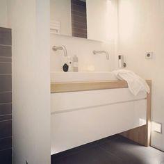 Bij Houtmerk maken we graag meubels in overleg met de klant op maat. Zo kunnen voor een kleine badkamer de meubels ondieper worden gemaakt. www.houtmerk.nl