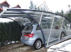 A transparent glass cover, whose shape is defined by the steel beams in blue and gray. A forward-looking, ergonomic and aerodynamic garage design. Design Garage, Carport Designs, Pergola Designs, Door Design, Pergola Carport, Pergola With Roof, Gazebo, Outdoor Pergola, Diy Pergola