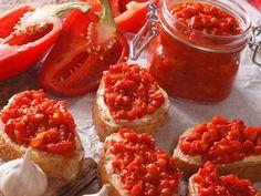 Ajvar to smaczny dodatek do mięs, zup, pieczywa, a także burgerów i sałatek. Jest to pasta warzywna wzbogacająca smak wielu potraw, dzięki czemu ma w kuchni uniwersalne zastosowanie. Lubują się w nim weganie i miłośnicy bałkańskich smaków, w szczególności kuchni serbskiej. Oryginalny przepis na ajvar wymaga odpowiedniego opalenia papryki nad ogniem, lecz śmiało możemy ją przygotować, wykorzystując nasz piekarnik. Polish Recipes, Bruschetta, Pickles, Vegan Recipes, Food And Drink, Vegetarian, Pasta, Homemade, Snacks