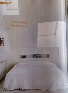 Visuele rust: witgeschilderde muren en vloeroppervlakken lopen in elkaar over.  #modern#architecture#whitedesign