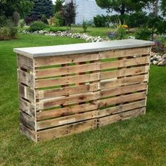 Looking for unique backyard patio ideas? Try out this Nifty DIY Pallet Patio Bar. Perfect for summer barbecues and parties, this homemade outdoor bar is the perfect complement to an outdoor patio and is made from wood pallets. Wooden Pallet Bar, Outdoor Pallet Bar, Wooden Pallet Projects, Pallet Patio, Pallet Ideas, Wooden Diy, Pallet Barn, Diy Pallet Bar, Pallet Greenhouse