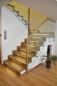 Piękne schody dywanowe na beton. Dzięki podświetleniu taśma led uzyskujemy niesamowity efekt.