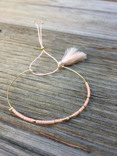 Bracelet jonc fin doré perles miyuki turquoise et pompon : Bracelet par petite-jujube