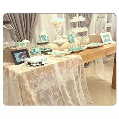 στολισμός γάμου..λινάτσα, δαντέλα, δαντέλα, πέρλες...ιβουάρ...vintage, lace  Wedding Decorations...decoration details...Tiffanys details...Dessert buffet...Candybar... Μπομπονιέρα γάμου... Candy Bars, Party Ideas, Table Decorations, Furniture, Vintage, Home Decor, Chocolate Chip Bars, Toffee Bars, Decoration Home