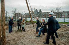 1e paal Mussen & Merels de grond in aan het Queeckhovenplein in Utrecht. Nog net voor het einde van het jaar.