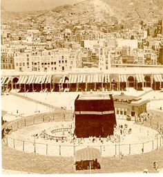 A view of the homes of the people of Makkah neighboring the Holy Mosque صورة… Mecca Kaaba, Hajj Pilgrimage, History Of Islam, Masjid Al Haram, Mekkah, Les Religions, Beautiful Mosques, Islamic Architecture, Islamic Pictures