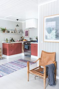 Home Decoration For Small House Red Kitchen, Kitchen Interior, Kitchen Design, Decorating Small Spaces, Decorating Your Home, Design Scandinavian, Gravity Home, Tiny Spaces, Home And Living
