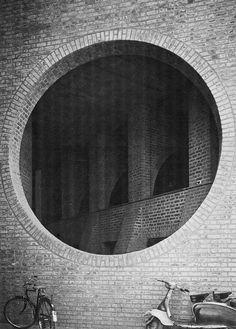 Louis Kahn (building) byn circulo ladrillo