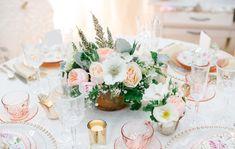 Tafelstyling in de kleuren licht roos, peach en wit.