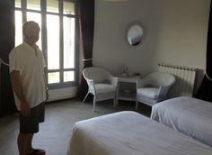 Jérôme découvre chacune des belles chambres d'hôtes présentes dans la maison...