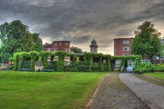 Der Blick über den Zeltinger Platz in Richtung des Casinoturms der Gartenstadt Frohnau bei Sommergewitter.