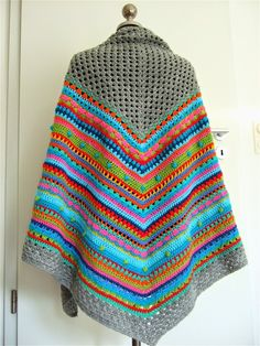Colorful Poncho 1 - Häkel Poncho Dreiecktuch gehäkelt - Picture only - site in German - No pattern