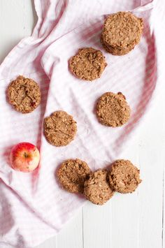 Apple pie cookies are baked with peanut butter to give them that extra delicious addition of flavor. Vegan, gluten free and sugar free. Paleo, Healthy Vegan Snacks, Healthy Prawn Recipes, Healthy Eating For Kids, Healthy Baking, Healthy Desserts, Apple Pie Cookies, Cookie Pie, Apple Pies