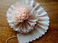 fleur en papier crepon , modele avec ficelle