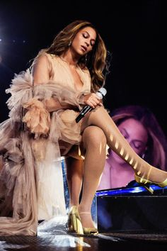 I know she was atractive, but. Beyonce Fans, Beyonce Style, Beyonce And Jay Z, Beyonce Quotes, Beyonce Performance, Queen Bee Beyonce, Concert Looks, Beyonce Knowles Carter, Pretty Black Girls