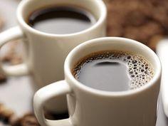 """Osoby, które często piją od trzech do pięciu filiżanek kawy dziennie, żyją dłużej. Takie wnioski płyną z trwającego 30 lat badania amerykańskiej instytucji edukacyjnej - Harvard T.H. Chan School of Public Health. Wyniki obserwacji opublikowało pismo """"Circulation"""". #zdrowie #medycyna #kawa #dieta"""