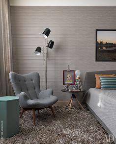 Спальня старшего сына. Кресло и обои, Zoffany; столики, настольная лампа и ковер, BoConcept; кровать, Cinova; торшер, Delightfull; на стене — фоторабота хозяина комнаты Георгия.