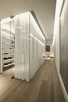 dressing superbe dans un appartement moderne, cloisons en verre du plafond au sol