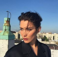 Bella Hadid on set http://www.vogue.fr/mode/mannequins/diaporama/la-semaine-des-tops-sur-instagram-avril-2016/33284#bella-hadid-on-set