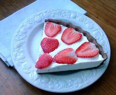 Tarta de chocolate con nata y fresas {crema y frutillas}