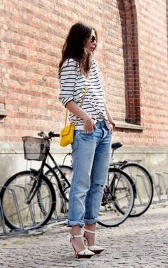 Stripey tee, boyfriend jeans, high heels and a pop of yellow equals casual chic! Stripes in street style. Boyfriend Jeans, Boyfriend Style, Mom Jeans, Looks Style, Style Me, Estilo Jeans, Mode Blog, Mein Style, Inspiration Mode