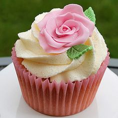 With this Lychee Rose Cupcakes recipe you create small roses perfumed cupcakes that belong to each Wedding coffee table.