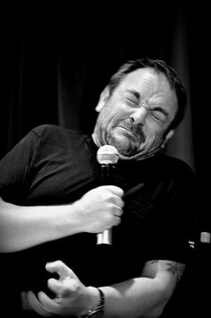 "Twitter / Recent images by @acklesswag #Mark Sheppard at #Supernatural Dallas Con 2012 (Re-enacting Jim Beaver's reaction to the ""kiss"") haha @annapz87"