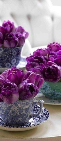 Paars en blauw kunnen zo mooi samen werken. Zoals hier.  # Paarse bloemen in blauw gebloemd servies