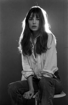 Jane Birkin usa camisa vitoriana branca e calça jeans de cintura alta