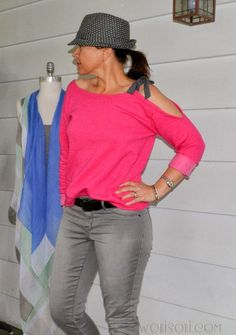 This side bow sweatshirt is a fun variation on a basic sweatshirt or long sleeved tee. Anne from WobiSobi shares a tutorial showing how you can make one. It's super easy to make from an ine… Diy Clothes And Shoes, Clothes Crafts, Sewing Clothes, Sweatshirt Refashion, T Shirt Diy, Sweatshirt Makeover, Clothing Hacks, Upcycled Clothing, Clothing Ideas