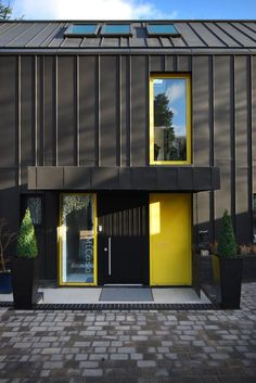 Built by Stephen Davy Peter Smith Architects in Kings Langley, United Kingdom with date Images by Lyndon Douglas. In October Stephen Davy Peter Smith Architects was commissioned by Peter and Melanie Domb to design a house of . Zinc Cladding, House Cladding, Exterior Cladding, Architecture Design, Residential Architecture, Metal Siding, Design Exterior, Black House, House Design